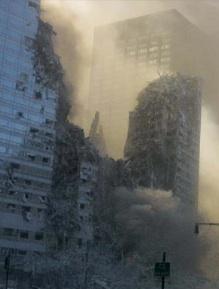 Bâtiment 3 du World Trade Center endommagé après l'effondrement de la Tour Nord