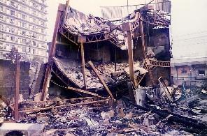 Hangar détruit par un tremblement de terre et un incendie